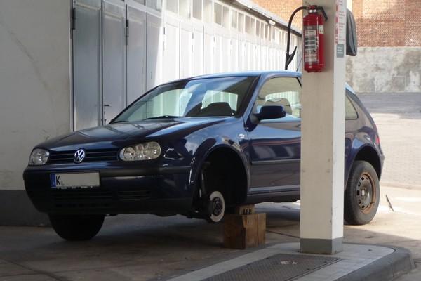 VW auf Holzklotz mit Rad ab