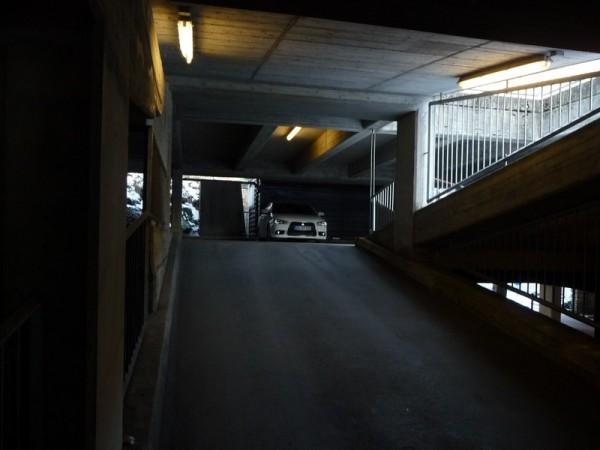 Mitsubishi Lancer im Parkhaus
