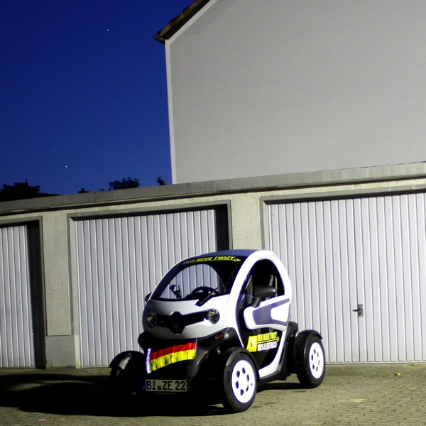 renault twizy im alltag fu ball autokorso mit dem elektromobil rad. Black Bedroom Furniture Sets. Home Design Ideas