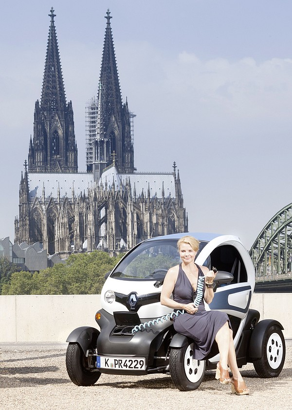 annette frier friert im renault twizy rad. Black Bedroom Furniture Sets. Home Design Ideas