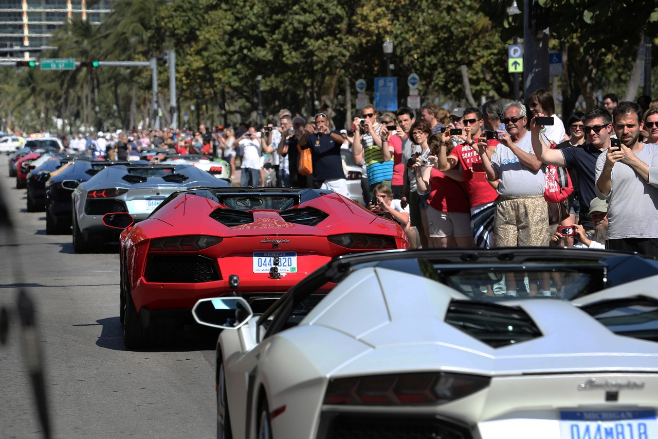 lamborghini-aventador-roadster-lp-700-4-parade-durch-miami-usa-01