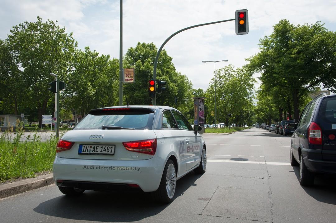 audi-a1-e-tron-in-berlin-fahrbericht-test-innovation-ampel-test