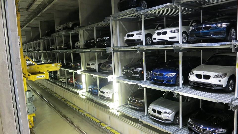 bmw-werksabholung-muenchen-lager-auto-fahrstuhl