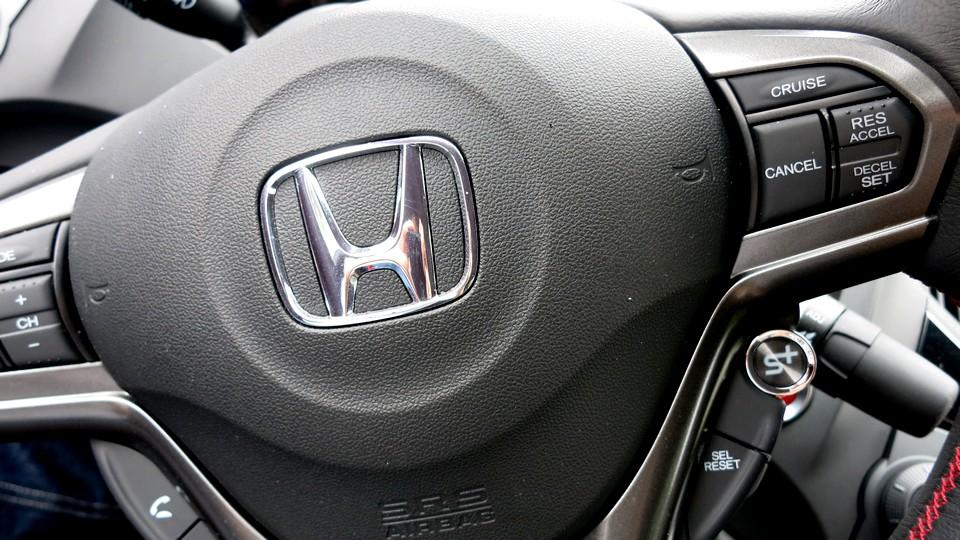 honda-crz-s-hybrid-test-fahrbericht-2013-lenkrad-jens-stratmann-05-honda-blog