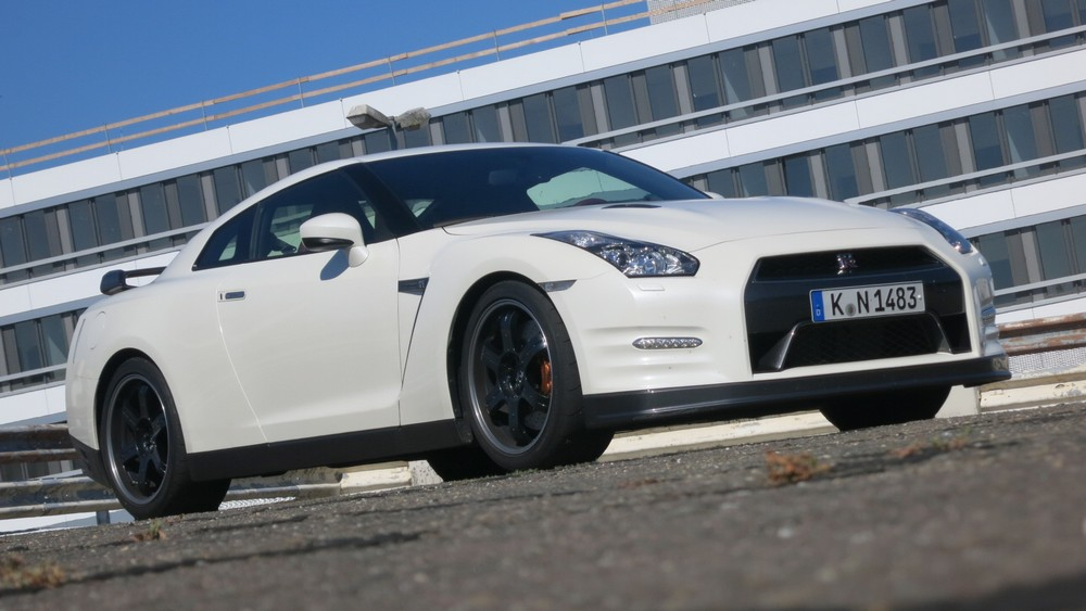 nissan-gt-r-2013-black-edition-front