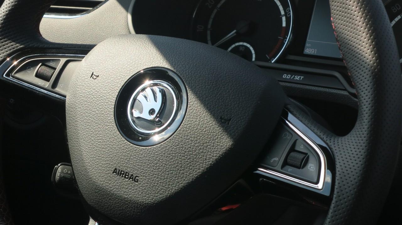 skoda-octavia-rs-limousine-2013-benziner-220ps-kaufberatung-fahrbericht-test-lenkrad