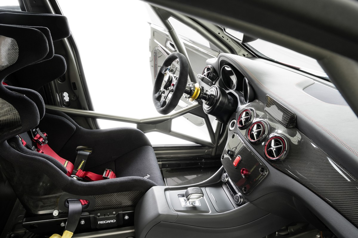 mercedes-benz-cla-45-amg-racing-series-iaa-2013-innenraum
