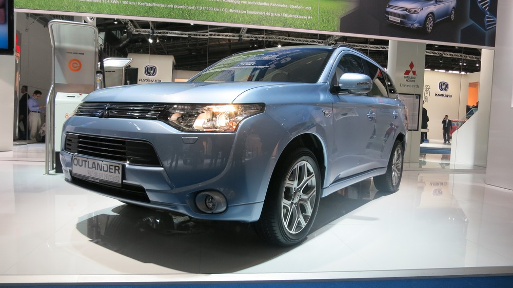 iaa 2013 mitsubishi outlander phev rad. Black Bedroom Furniture Sets. Home Design Ideas