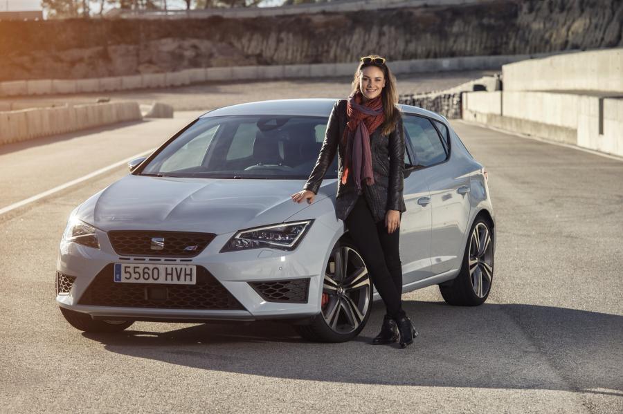 SEAT-Markenbotschafter-Janina-mit-SEAT-Leon-CUPRA-280