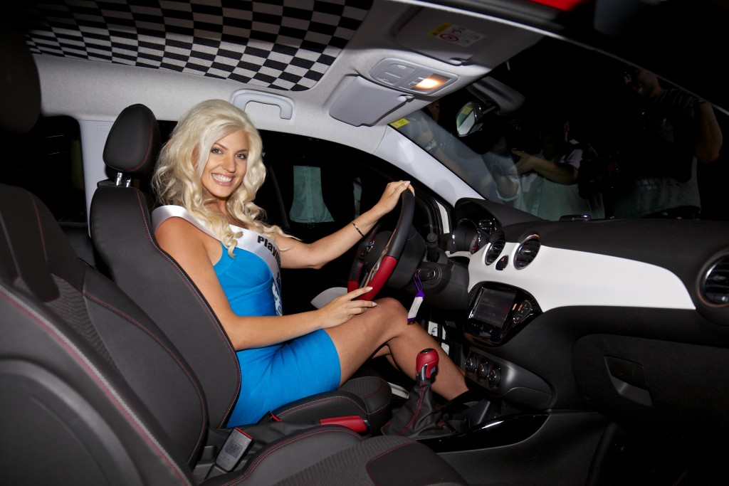 Sarah Nowak und ihr neuer Opel ADAM S.