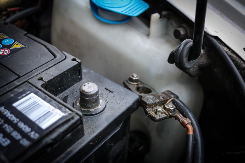 auto-batterie-richtig-ausbauen-einbauen-wechseln-4