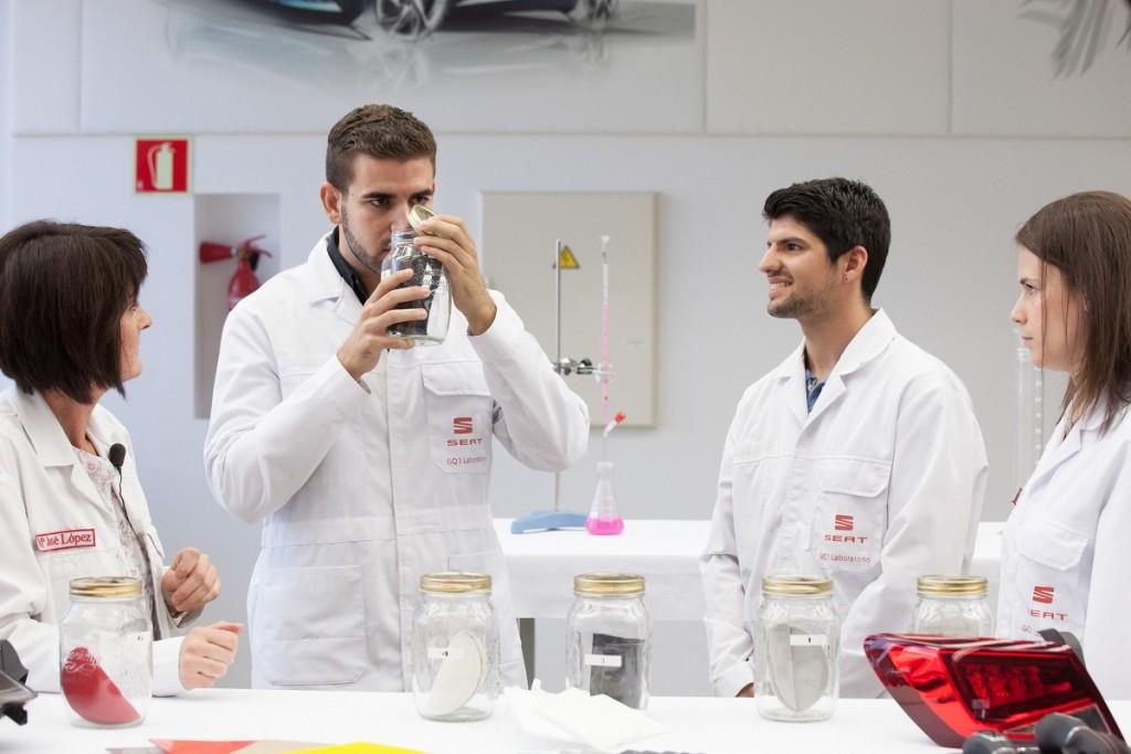 Seat-Geruch-Schnueffeln-Chemiker-Riechen-Matierialien-Test-2016-Rad-Ab-Com (3)