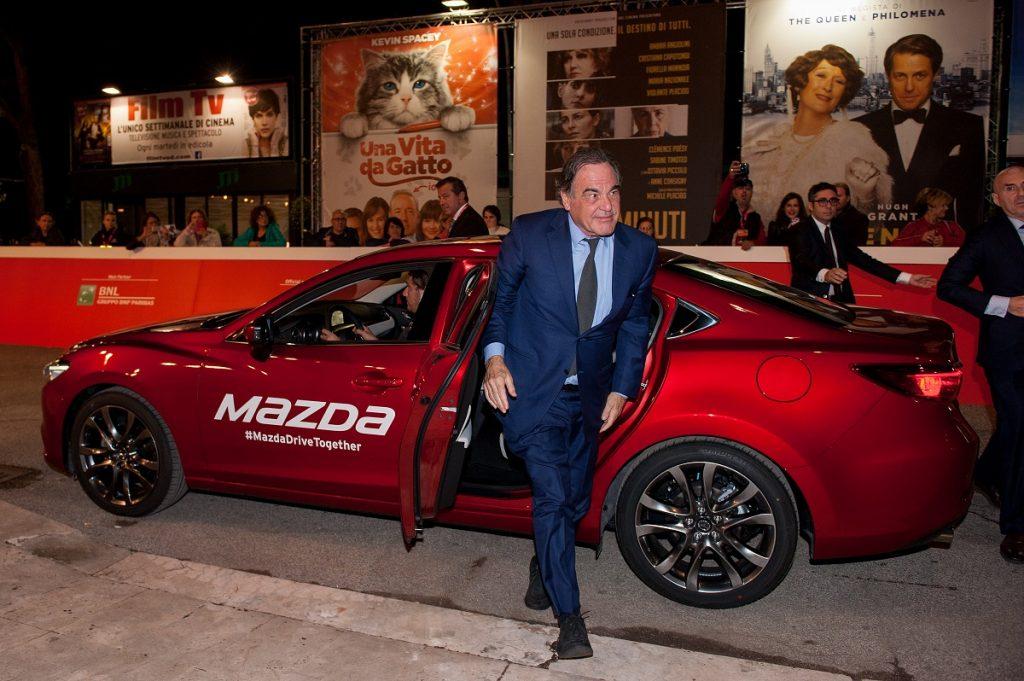 Auch Star-Regisseur Oliver Stone nutzte eines der 50 Mazda Shuttles