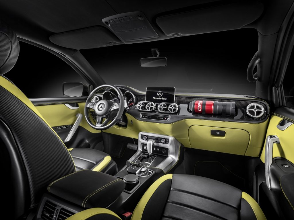 Mercedes-Benz Concept X-CLASS powerful adventurer – Interieur, Kombination aus schwarzem Nappaleder in Glanzoptik und schwarzen, geprägten Lederflächen im Carbon-Stil, Akzente in der Farbe des Exterieurlacks (Lemonaxmetallic) ; Mercedes-Benz Concept X-CLASS powerful adventurer – Interior, Mix of glossy black nappa leather and carbon-style black embossed leather surfaces, Highlights in colour of exterior paint finish (lemonax metallic);