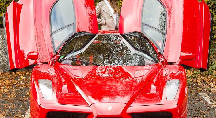 """Der Ferrari Enzo war Anfang der 2000er-Jahre der schnellste bis dahin existierende Straßensportwagen aus Maranello. Auch heute überzeugt der Supersportler noch seine Fans – im Bild Model Vivien. Der exklusive Supersportwagen ist Teil der Sonderschau """"Jubilee Preview 70 Jahre Ferrari 1947-2017"""" im Classic & Prestige Salon der Essen Motor Show. Europas führende Messe für sportliche Fahrzeuge öffnet vom 26. November bis 4. Dezember (Preview Day: 25. November) in der Messe Essen.   ---08-11-2016/Essen/GermanyFoto:Rainer Schimm/©MESSE ESSEN GmbH---Verwendung / Nutzungseinschränkung: Redaktionelle Foto-Veröffentlichung über MESSE ESSEN/CONGRESS CENTER ESSEN und deren Veranstaltungen gestattet.NO MODEL RELEASE - Keine Haftung für Verletzung von Rechten abgebildeter Personen oder Objekten, die Einholung der o.g. Rechte obliegt dem Nutzer.Das Foto ist nach Nutzung zu löschen!---Use / utilisation restriction: Editorial photographic publications about MESSE ESSEN / CONGRESS CENTER ESSEN and their events are permitted.NO MODEL RELEASE - No liability for any infringements of the rights of portrayed people or objects. The user is obliged to seek the above rights.The photograph must be deleted when it has been utilised!"""