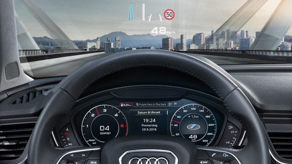 Die Hinweise der Verkehrsschilderkennung werden im Head-Up Display dargestellt
