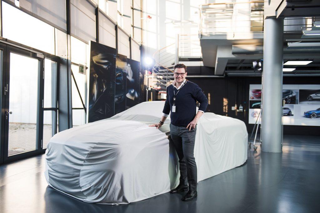 Was versteckt sich denn da unter dem Vorhang? Könnte das ein E-Klasse Cabrio sein? Demnächst mehr