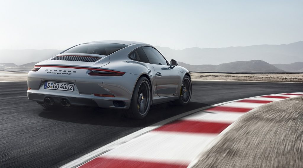 Beim 911 GTS fährt der Heckspoiler für eine bessere Aerodynamik weiter aus